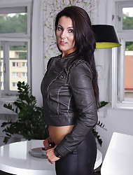 Devilish MILF Valentina Ross peels of clouded go into hiding hot pants.