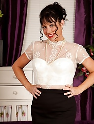 Full-grown babe Elise Summers wearing only white stockings.